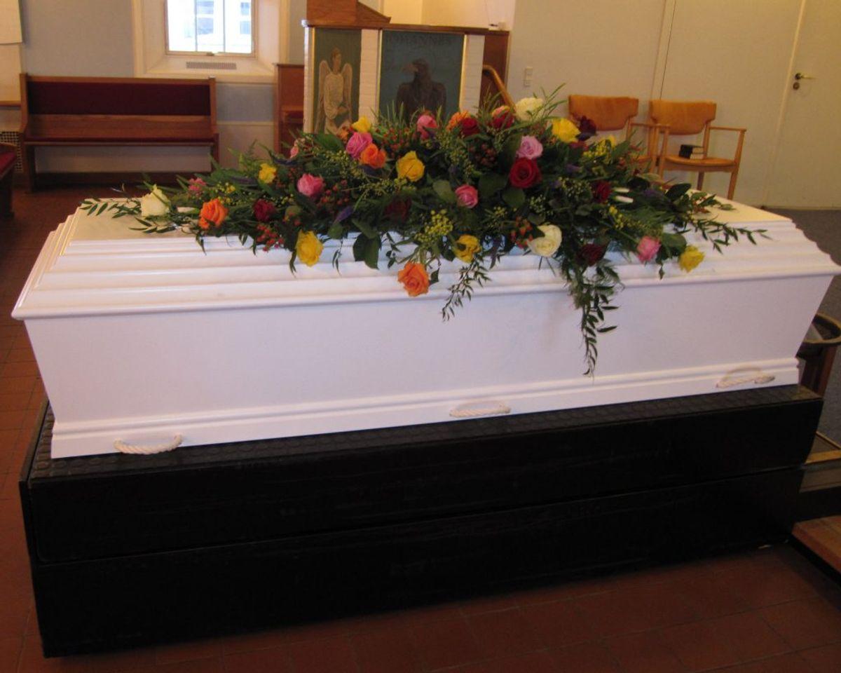En begravelse i den klassiske forstand adskiller sig blandt andet fra en bisættelse, ved at kisten sænkes ned i jorden efter kirkehandlingen. Arkivfoto: Colourbox