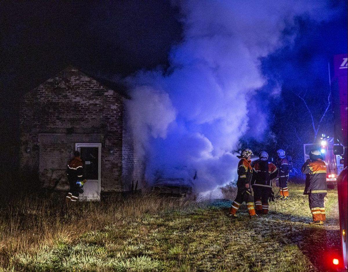 Bilbranden var ret voldsom og som det fremgår af billederne i galleriet her, så kommer den ikke ud at køre igen. Foto: René Lind Gammelmark. KLIK VIDERE OG SE HVORDAN BILEN SER UD EFTER BRANDEN