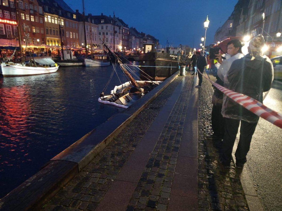 Sådan ser det ud, når en båd pludselig går til bunds. KLIK for flere billeder. Foto: Presse-fotos.dk.