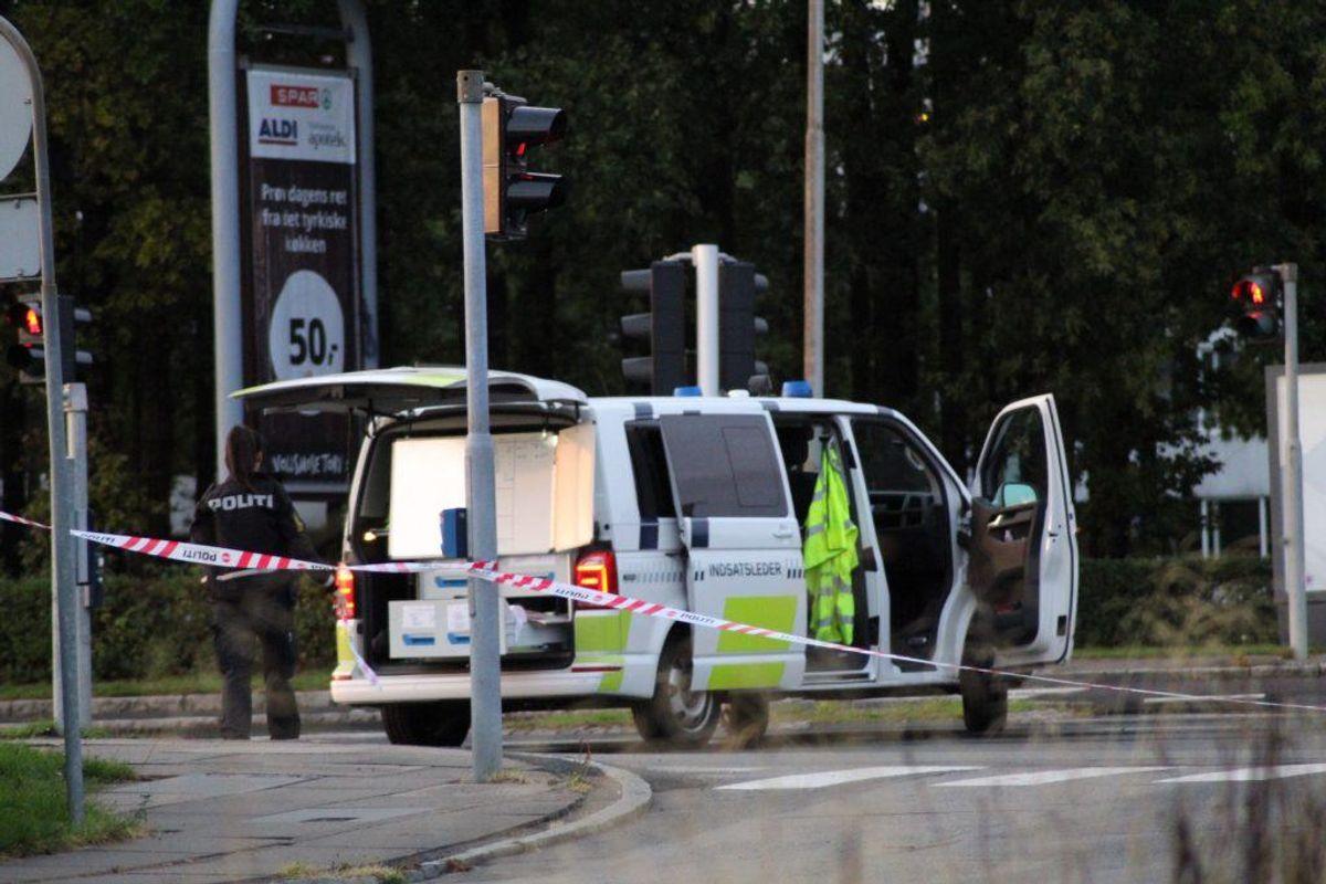 Politiet er massivt til stede efter melding om skyderi – flere veje er spærret af. KLIK for flere billeder. Foto: Presse-fotos.dk.