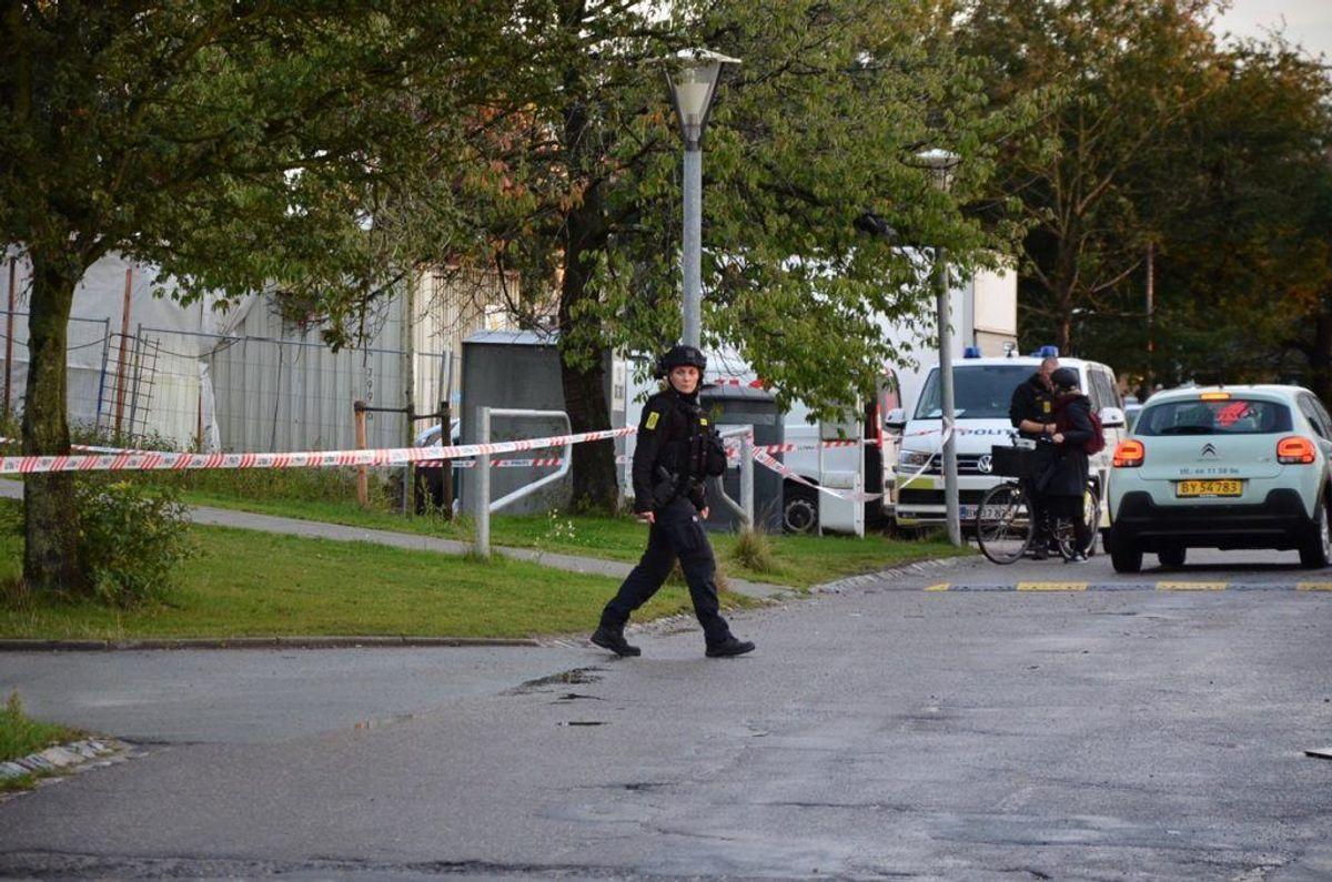 Politiet er massivt til stede og flere veje er spærret af. KLIK for flere billeder. Foto: Presse-fotos.dk.