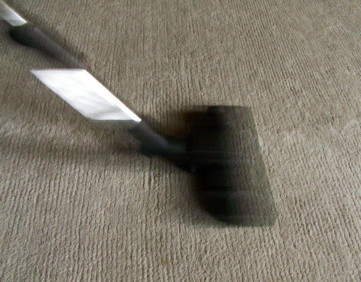 Når du støvsuger rum med tæpper, skal du starte længst væk fra døren og bevæge dig mod døren, mens du undgår overlap. Det er spild af tid. Foto: Scanpix