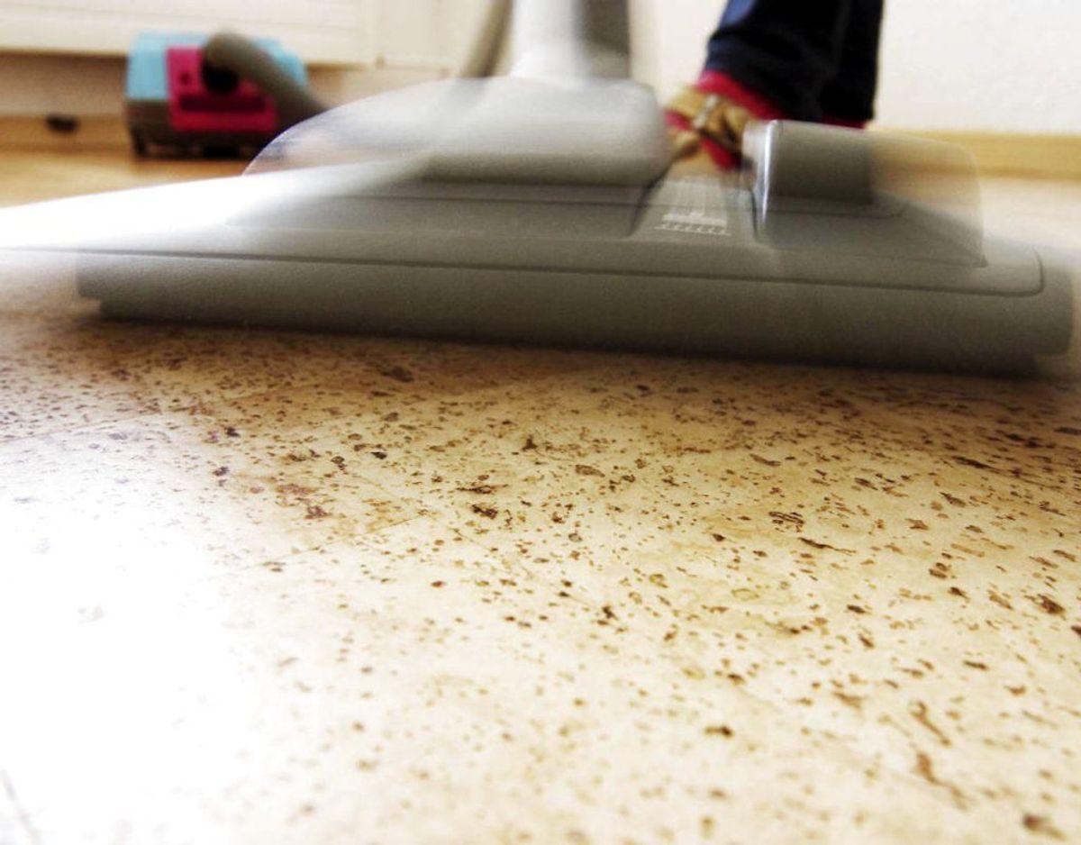 Når du så støvsuger gulvene, er det vigtigt, du udstyrer støvsugeren med tilbehør, så du kan komme helt ind i hjørnerne. Foto: Scanpix