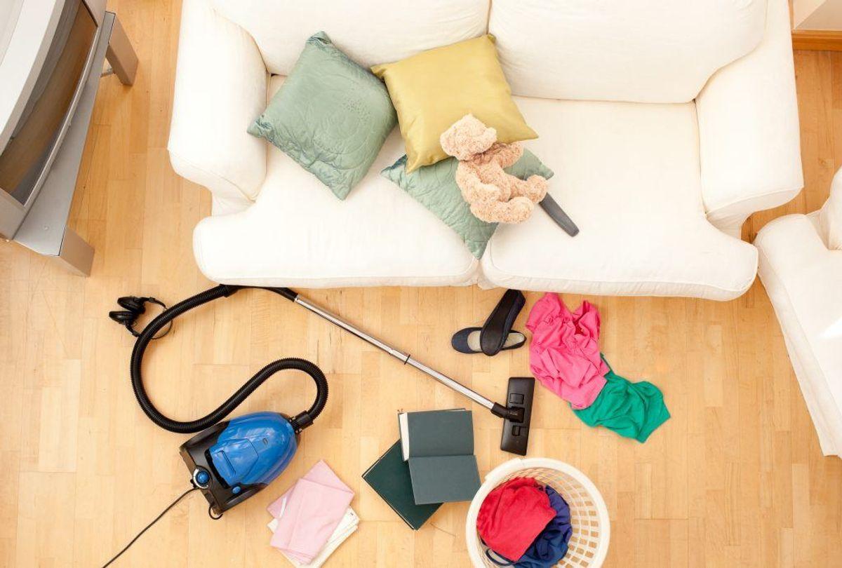 – Støvsug ofte, gør grundigt rent – uden at boligen sovser rundt i vand – og hæng dyner, puder og tæpper udenfor til bank og udluftning. Foto: Scanpix