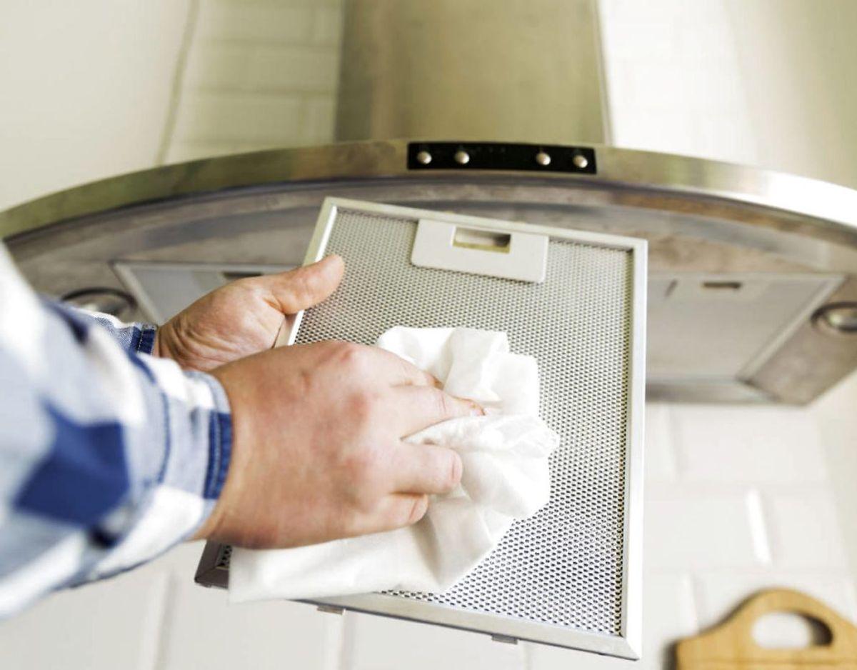 Brug emhætten, når du laver mad – og rens filteret i emhætten jævnligt. Foto: Scanpix.