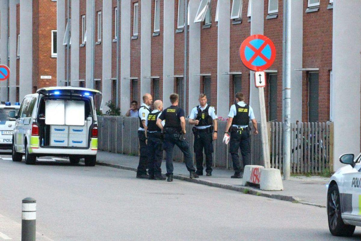 """Politiet rykkede talstærkt ud til Gillesager i Brøndby efter anmeldelse om et """"mistænkeligt forhold"""". Foto: Presse-fotos.dk"""