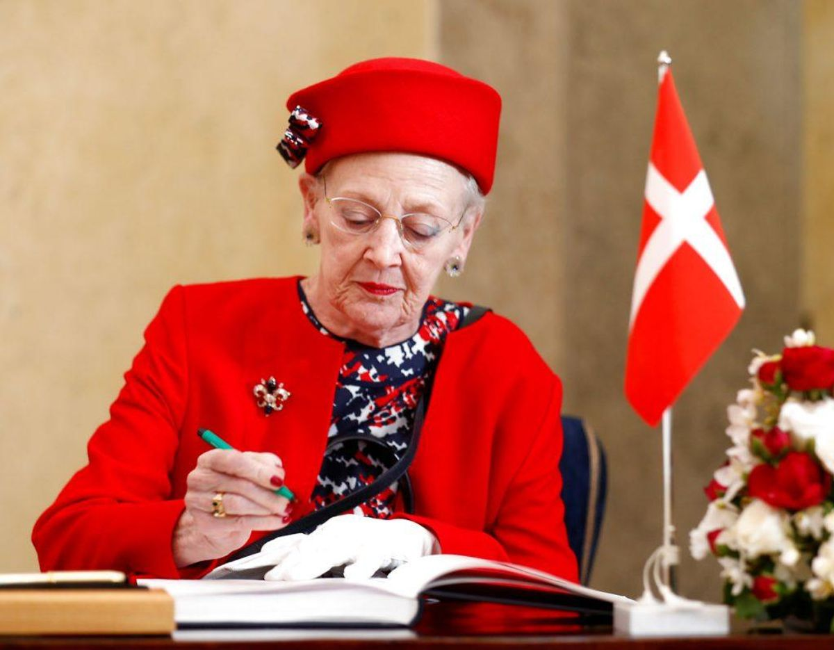Ligesom Dronningen ynder at bruge Dannebrog, brugte Bernhard Arp Sindberg det også. Han beskyttede flere kinesere fra bombedøden i en fabrik, som han holdt opsyn med, ved at male Dannebrog på taget og hejse det danske flag på bygningen. Foto: Scanpix