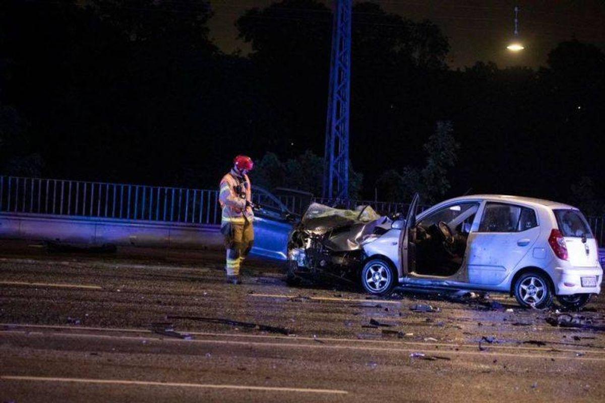Ulykken skete 00.24 natten til tirsdag og involverede mange biler. Foto: Presse-fotos.dk