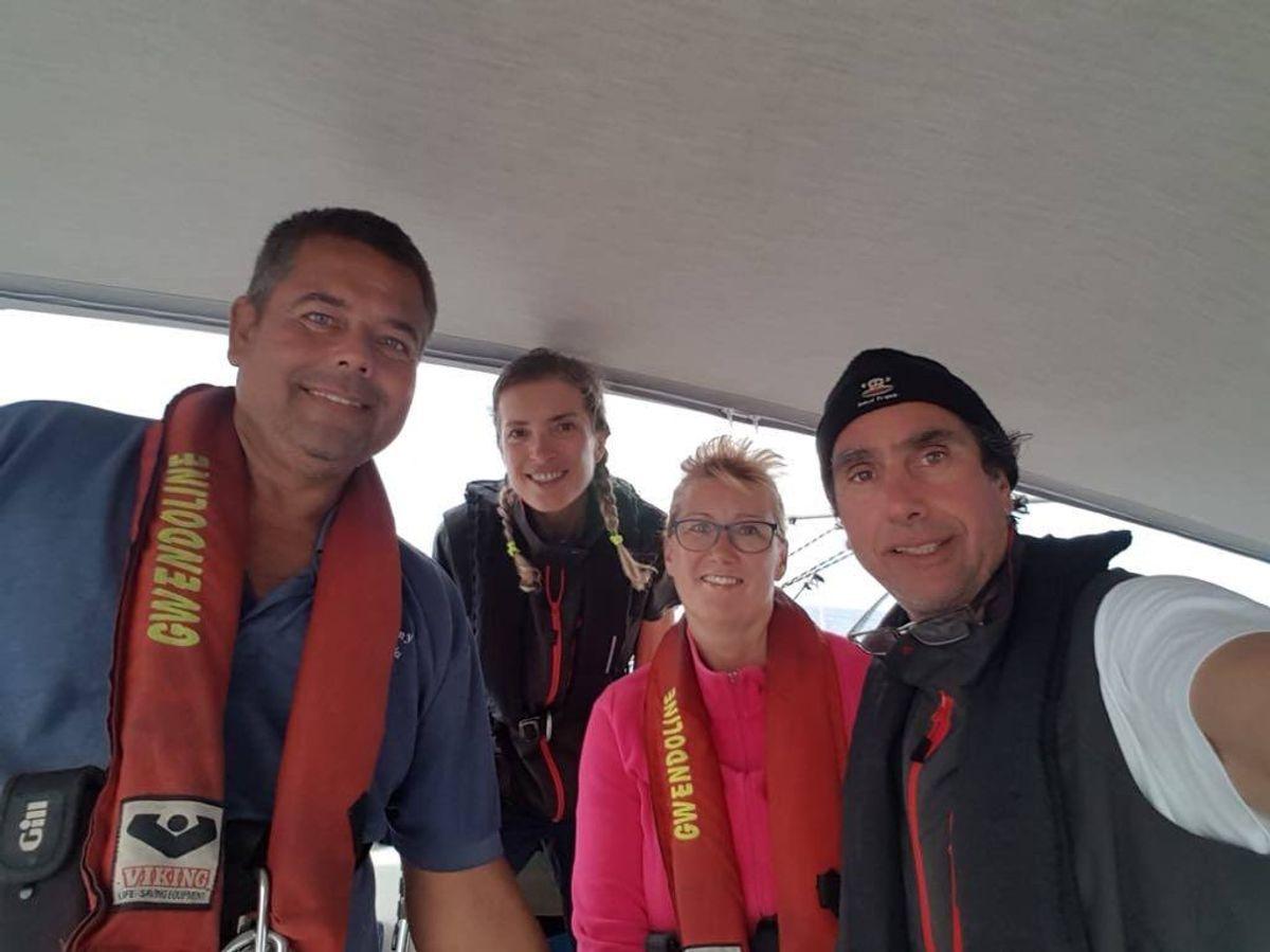 Kim og Lene Egtved sejlede for tre år siden ud på deres livs eventyr. Langturssejleren Gwendoline M skulle tage dem hele verden rundt. I Stillehavet gik det galt, og skibet forliste. De blev reddet på grund af grundig forberedelse og sikkerhedsprocedurer, der var i orden. På billedet ses parret (med redningsveste) sammen med George og Karina fra den græske båd Filizi kort efter redningen. Privatfoto
