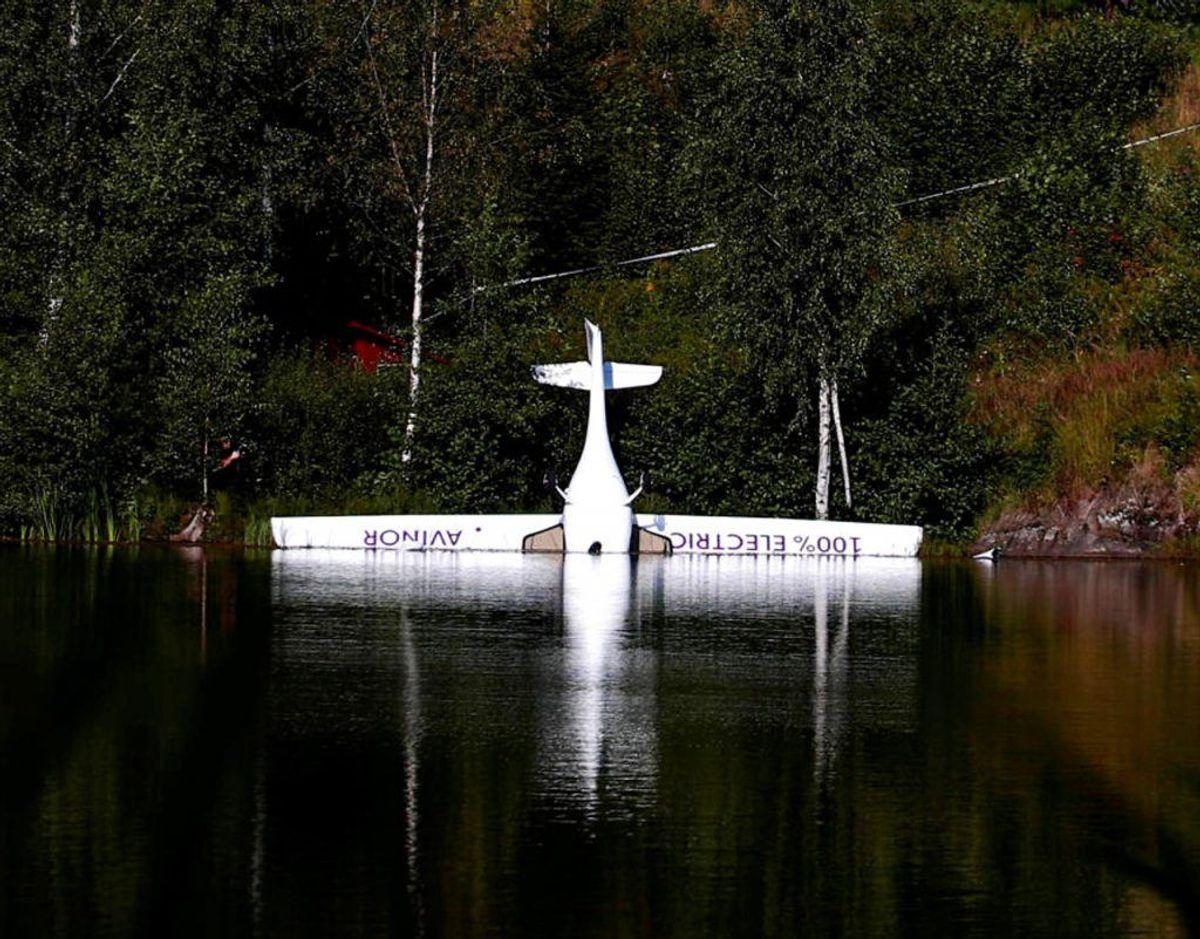 Norges første el-fly styrtede onsdag ned i en sø. KLIK VIDERE OG SE PILOTEN, DER FLØJ FLYET. Foto: Scanpix.