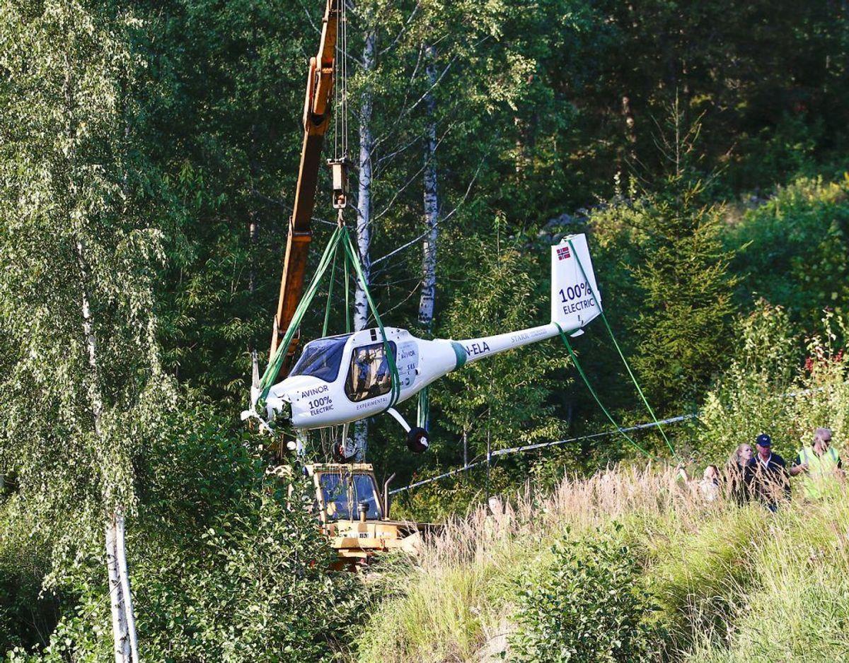 Her bliver det el-drevne fly bjerget fra søen. Foto: Scanpix.