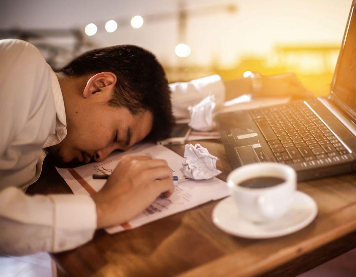 Du vil opleve, at du føler dig udmattet og træt hele tiden. Et arbejde med stress eller dårlig arbejdsmiljø vil gøre, at du føler dig overvældet. Foto: Scanpix