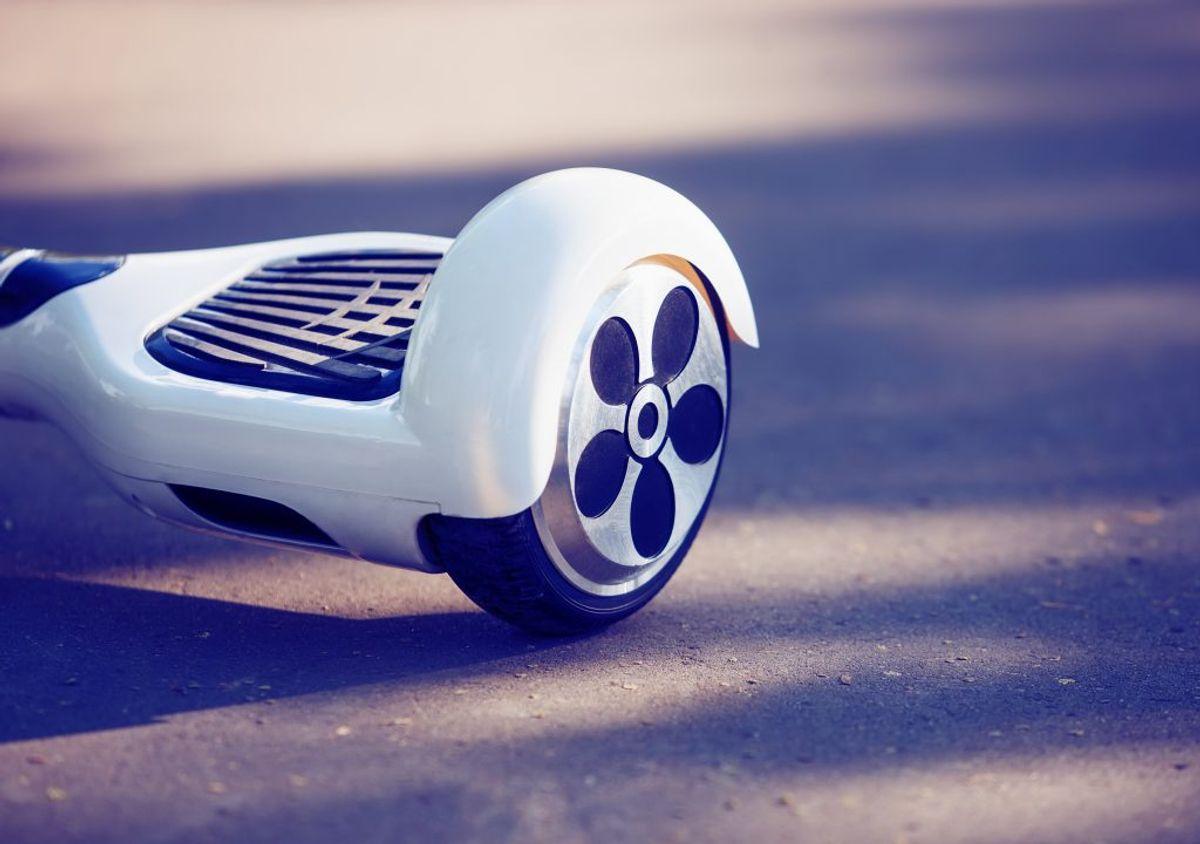 Hvis du skal køre på et elektrisk skateboard, så skal du have lys på køretøjet eller på dig selv. Ligesom du kender det fra en cykel. Der må kun være én person på skateboardet. Klik videre for flere regler. Foto: Colourbox