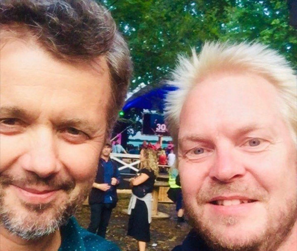 Kronprinsen er ankommet til Smukfest i Skanderborg. Her mødte han Rune Majland. KLIK og se nogle af festivalens optrædende. Foto: Rune Majland.