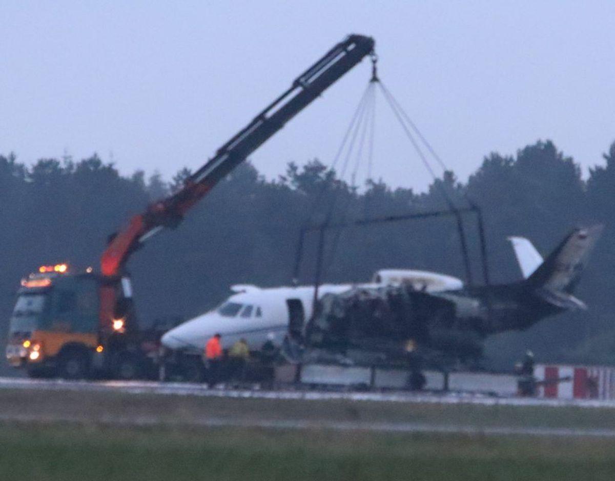 Flyet blev tirsdag morgen bugseret væk fra landingsbanen. Foto: Øxenholt Foto. KLIK VIDERE OG S E FLERE BILLEDER.