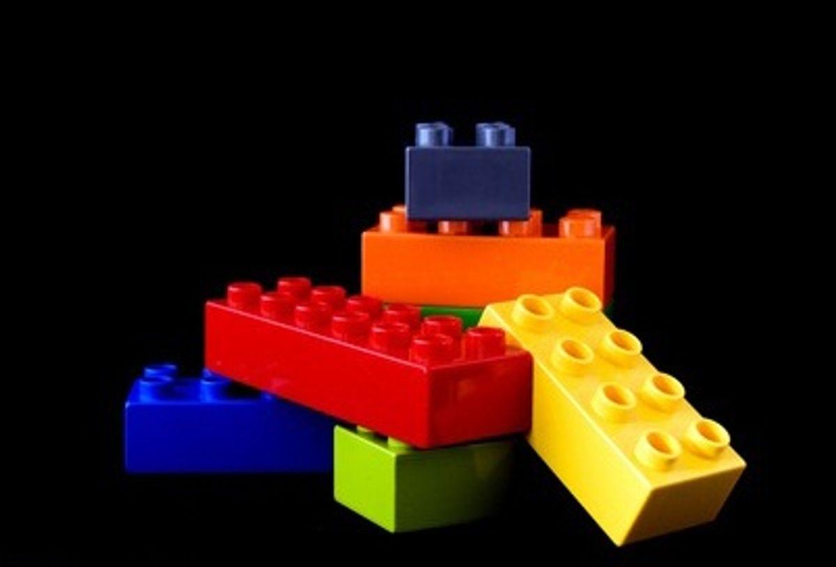 Fyld blot opvaskemaskinen med Lego-klodser, hundens madskål, tandkrus og andre plastikting, hvis du ikke gider have hænderne i det. Foto: Colourbox.