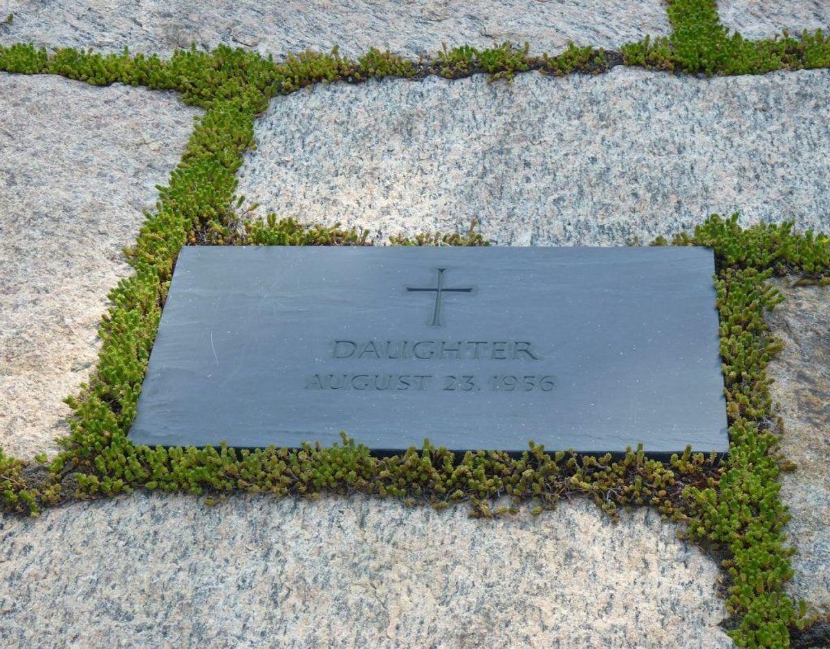 John F. Kennedy og Jacqueline Kennedy fik i 1956 en datter,d er var dødfødt. På gravstenen, der ligger sammen med familien, står der 'Datter'. Men pigen skulle have haft navnet Arabella. Foto: Wikipedia.