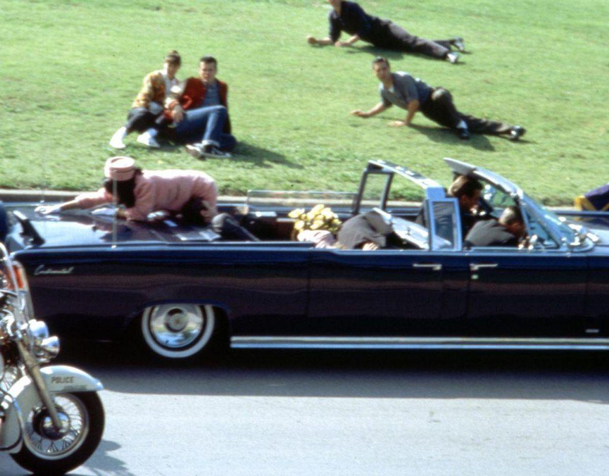 Præsident John F. Kennedy blev i 1963 skudt og dræbt i en åben bil i Dallas kun 46. år gammel. Foto: Scanpix.