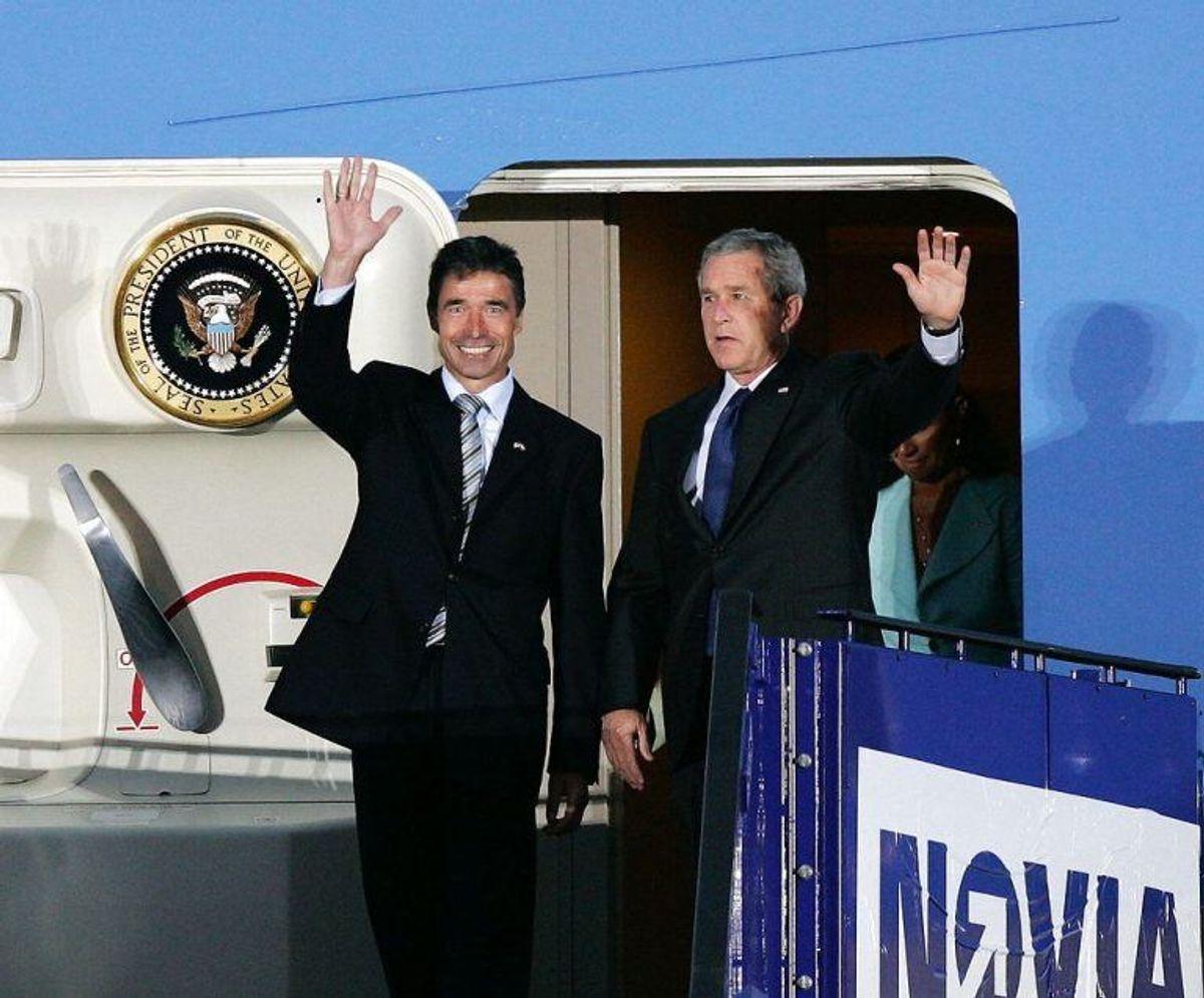 USA's præsident George W. Bush (th) og fru Laura modtages i København Lufthavn Kastrup af statsminister Anders Fogh Rasmussen og fru Anne-Mette tirsdag 5. juli 2005. Her de to statsledere på trappen til Air Force One. (Foto: Henning Bagger/Scanpix 2019)