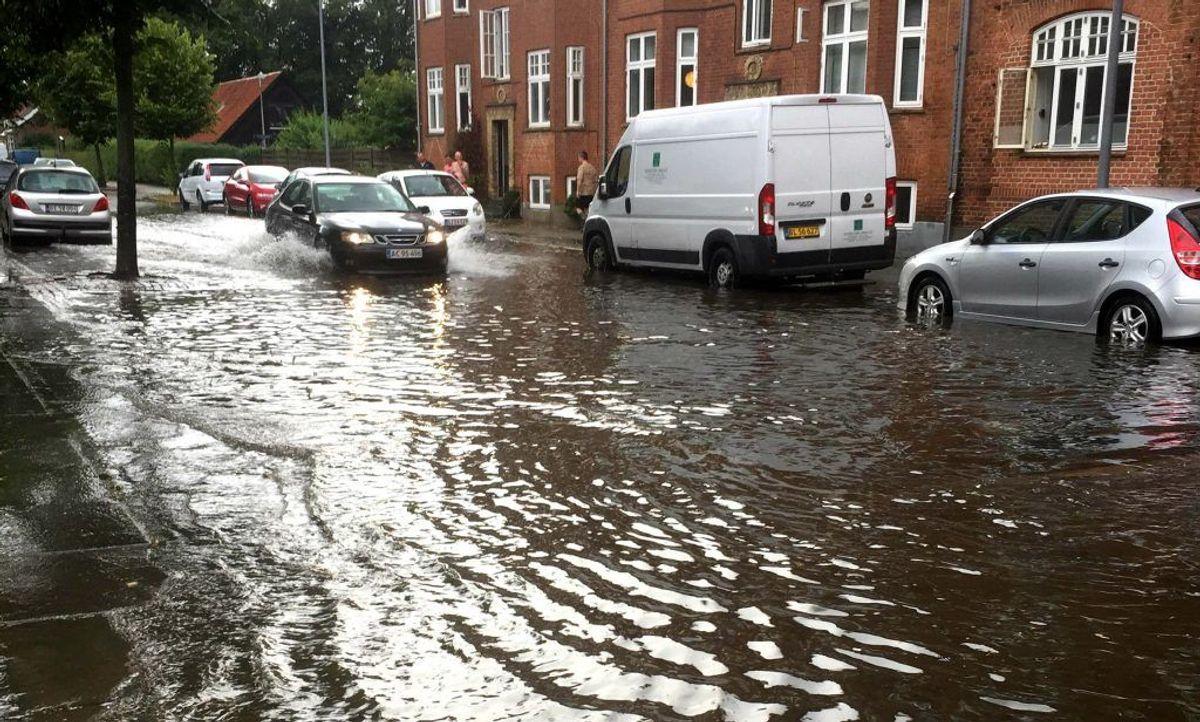 Flere gader i Horsens var helt oversvømmet. Foto: Marianne Labom/Tv2oj.dk