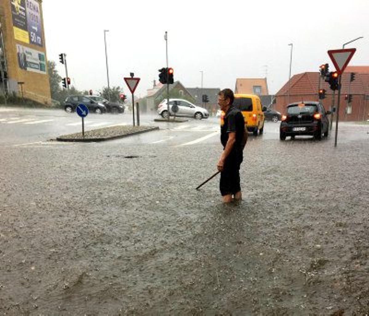 I Randers gik borgere i vand til knæene, da skybruddet toppede tirsdag eftermiddag. Foto: Britt Sørensen/Tv2oj.dk