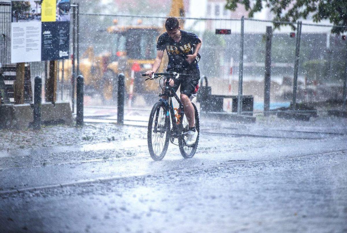 Allerede i går aftes faldt der store mængder regn. Her er det i Aalborg. KLIK VIDERE OG SE, HVORDAN DU SIKRER DIT HUS UNDER OG EFTER ET SKYBRUD. (Foto: Henning Bagger/Ritzau Scanpix)