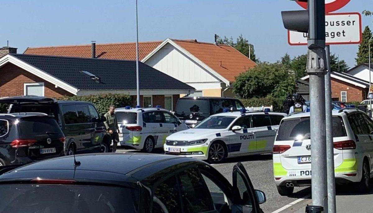 Aagerupvej i Ballerup blev fredag formiddag spærret i forbindelse med en større politiopgave. Foto: presse-fotos.dk