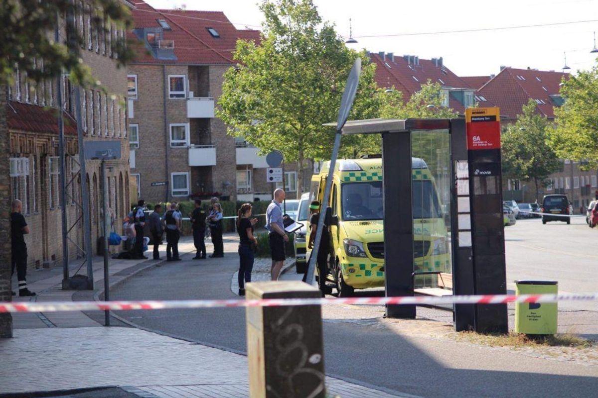 Politiet arbejder i skrivende stund på Tagensvej, hvor en mand er blevet stukket eller skåret med kniv. Foto: Presse-fotos.dk