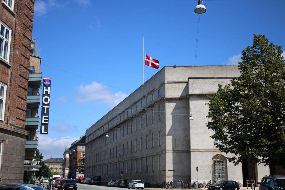 Tirsdag formiddag blev det bekræftet, at den dræbte var en politibetjent, og alle landets politistationer hejste flag på halvt. Foto: Presse-fotos.dk