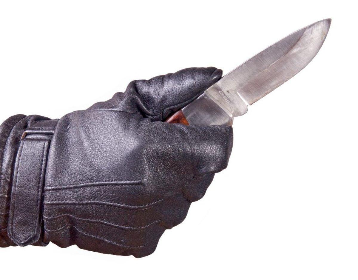 En bande kriminelle skulle under et røveri have sat en kniv for en 10-måneder gammel babys hals. Klik videre og se de kriminelle. Foto: Colourbox