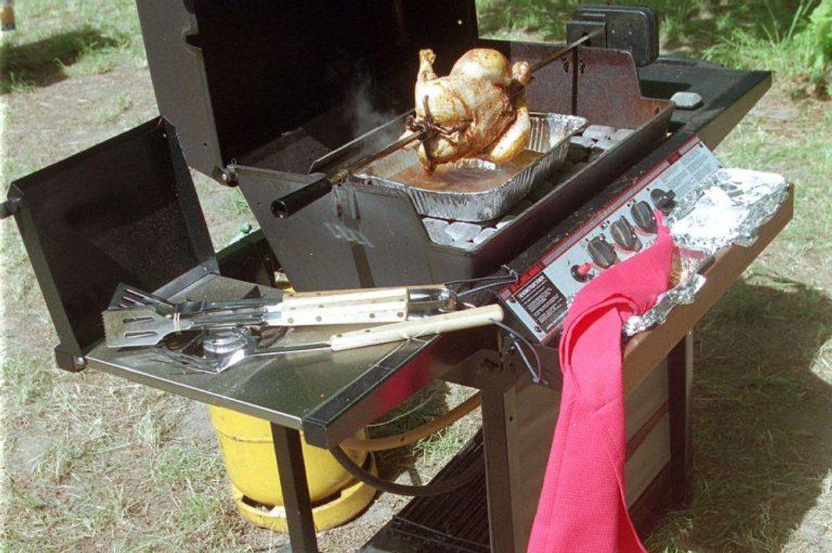 Med en gas grill er det vigtigt, at du passer på. Blandt andet skal du  jævnligt tjekke, at gasslangen ikke er synligt slidt eller afbleget af sollys. Der må ikke opstå revner i gummiet, når slangen bøjes. Desuden bør du være meget opmærksom på, at gasflasken passer til dit gasudstyr. Foto: Scanpix