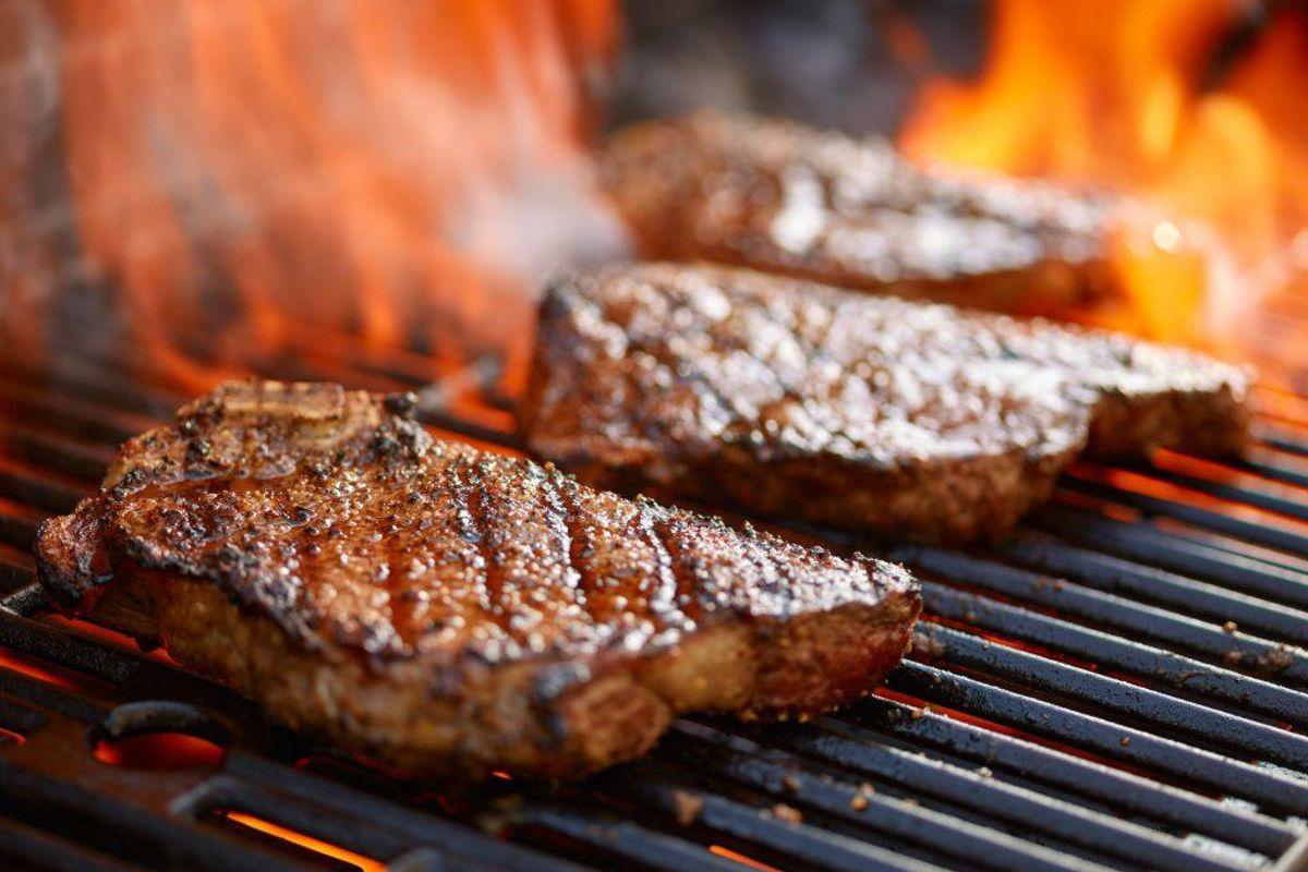 Og så for god ordens skyld. Du må ALDRIG tænde grill indendøre. Det er livsfarligt. Foto: Scanpix