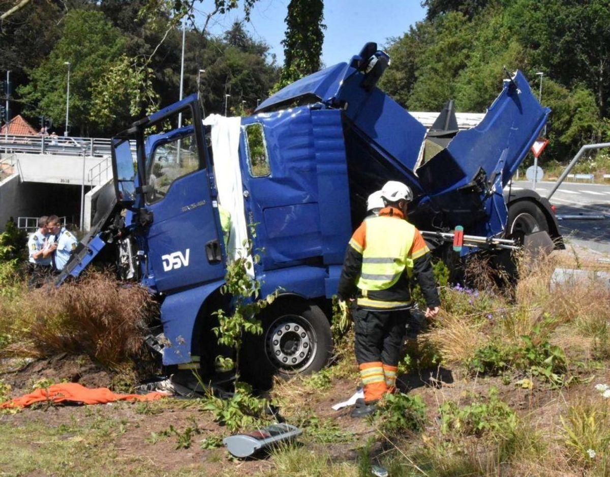 En lastbil forulykkede i et solouheld på Dyrehavegårdsvej i Kolding. Føreren er uskadt, men lastbilen tog skade, da den endte i grøften. Klik videre for flere billeder. Foto: Øxenholt Foto