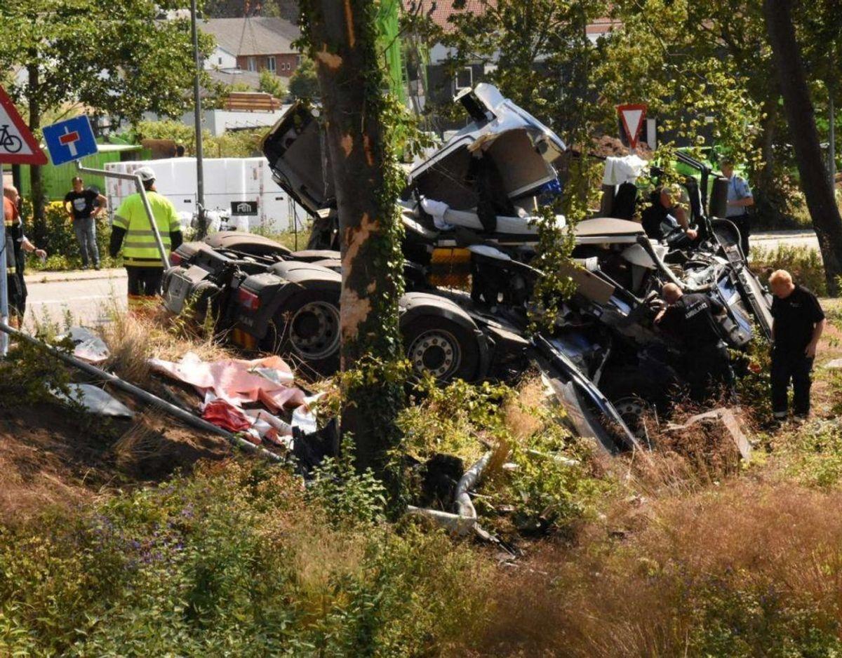 En lastbil forulykkede i et solouheld på Dyrehavegårdsvej i Kolding. Føreren er uskadt, men lastbilen tog skade, da den endte i grøften. Foto: Øxenholt Foto