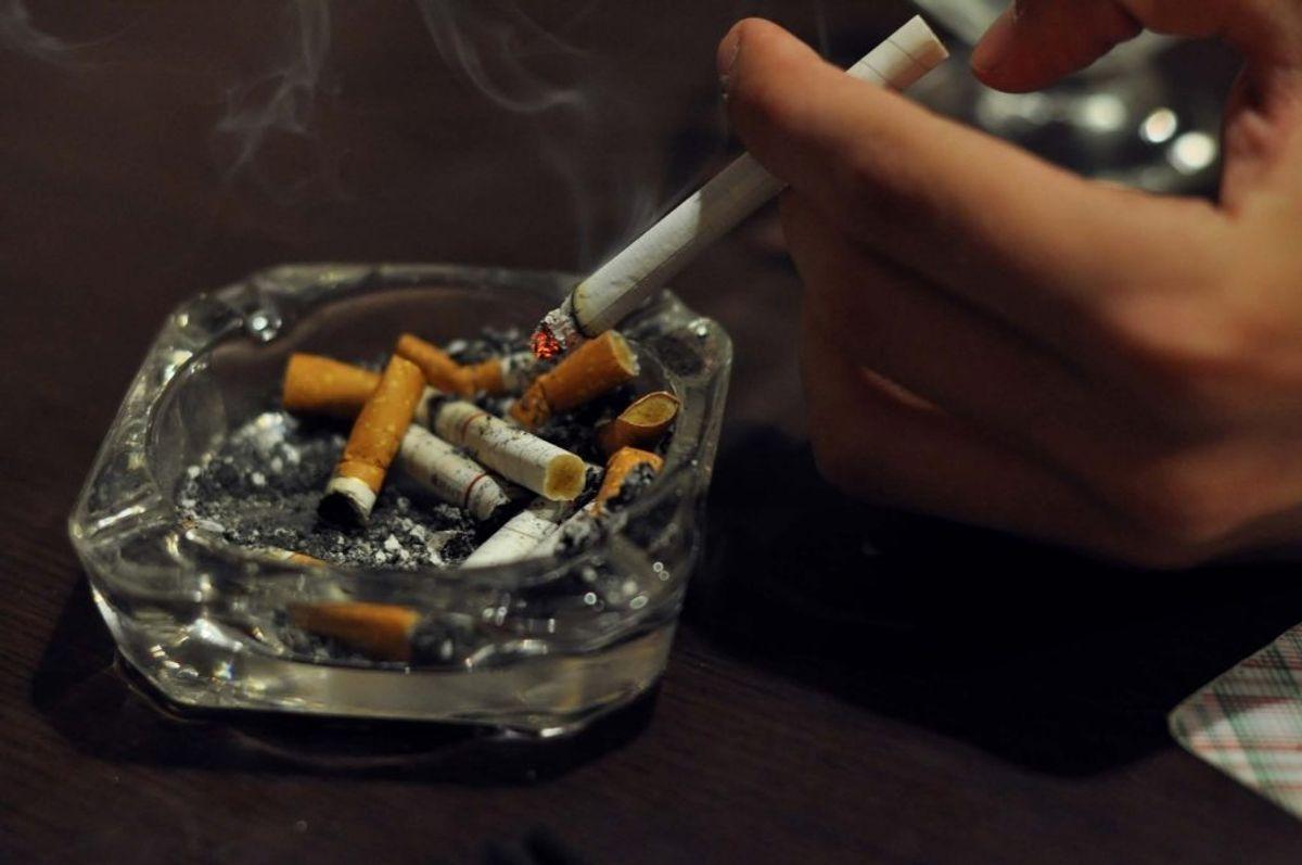 Det er en rigtigt god idé at kvitte smøgerne. Rygning svækker immunforsvaret, men det gør også slimhinderne i næsen mere sårbare. Foto: Colourbox.