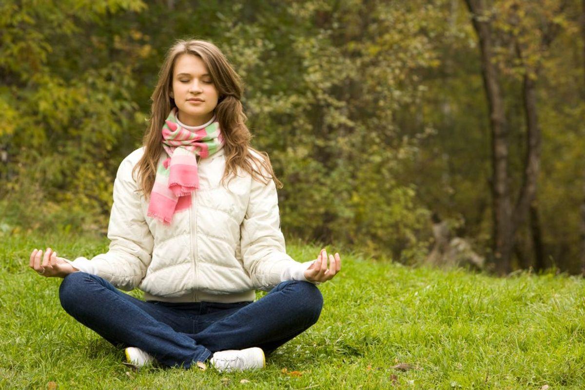 Stress svækker vores immunforsvar, og det gør os til lette ofre for sygdomme. Derfor er det vigtigt at forebygge stress . Det kan man for eksempel gøre med meditation. Foto: Colourbox.