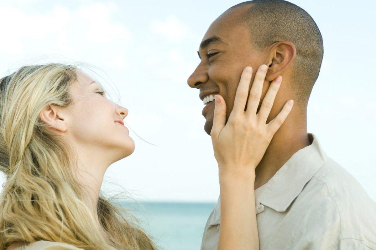 Undgå ansigtsberøring. Hænderne kan være rene bakteriebomber, er det vigtigt at undgå for meget ansigtsberøring. Forkølelse og influenza smitter nemlig især, når virus fra hænderne føres videre til øjnene eller næsen ved berøring. Og undgå kontakt med personer, du ved er syg. Foto: Colourbox.