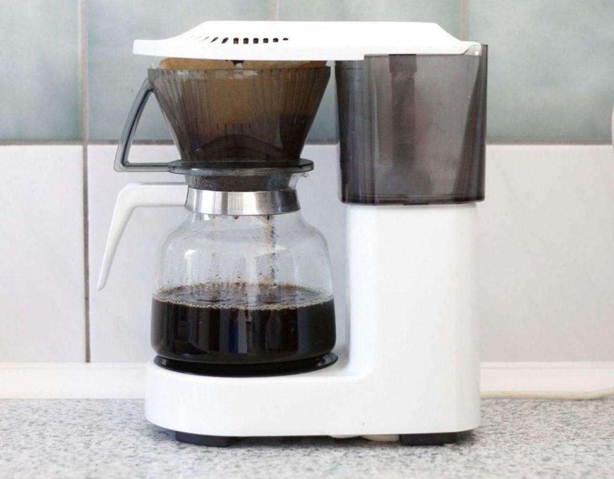 Bakteier og skimmel trives vældig godt med en kaffemaskine. Der for er det vigtig, at ikke bare kanden men også alle de øvrige aftagelige dele jævnligt rengøres. Klik videre i galleriet for flere tips. Foto: Scanpix.