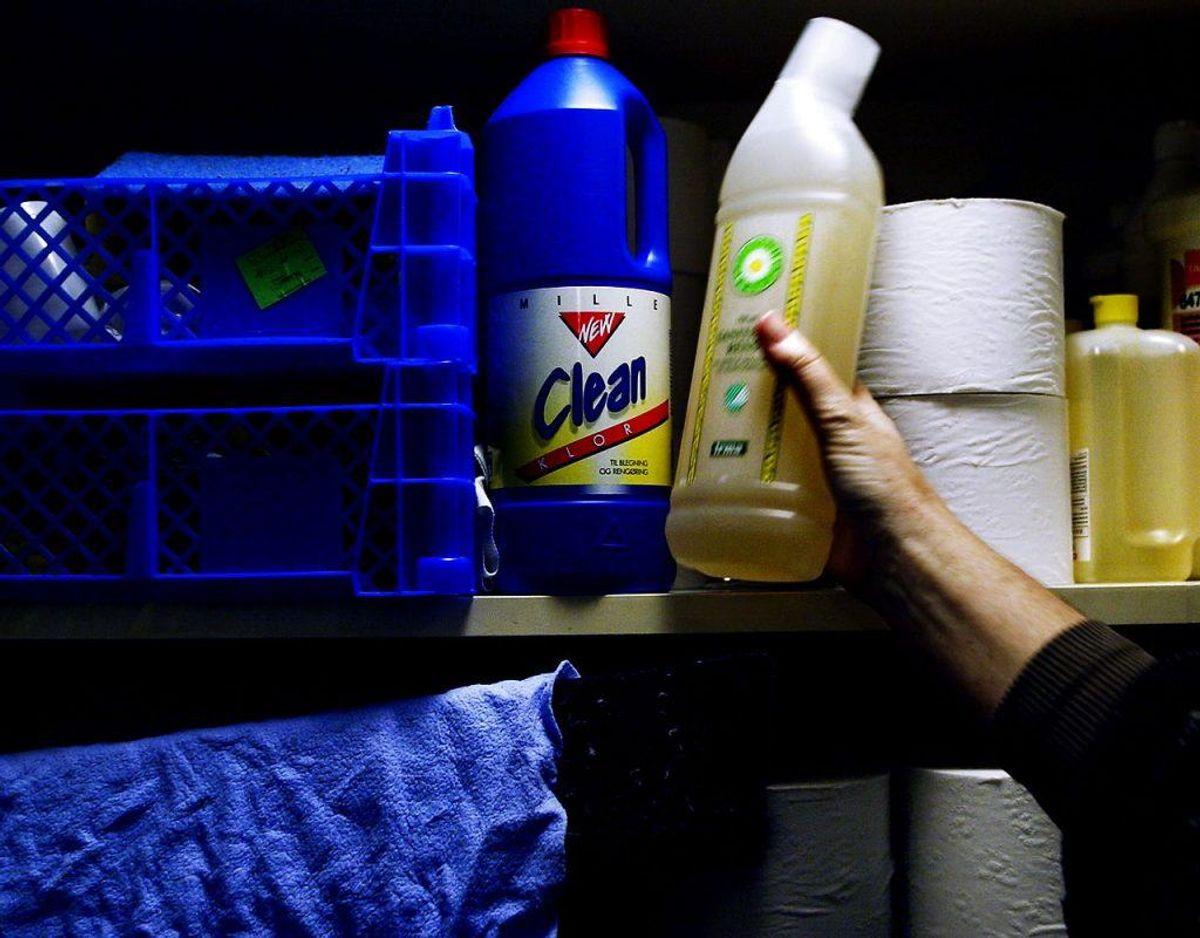 Lad rengøringsmidler sidde lidt på det du gør rent, inden du tører det af. Så er det mere effektivt. Klik videre i galleriet for flere tips. Foto: Scanpix.