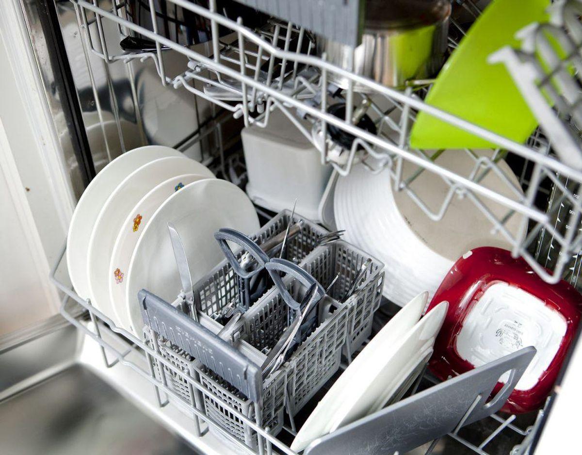 Fylder man for meget i opvaskemaskinen, kan det betyde, at vand og sæbe ikke når ud i alle hjørne, hvilket betyer, at ikke alt bliver rent. Klik videre i galleriet for flere tips. Foto: Scanpix.