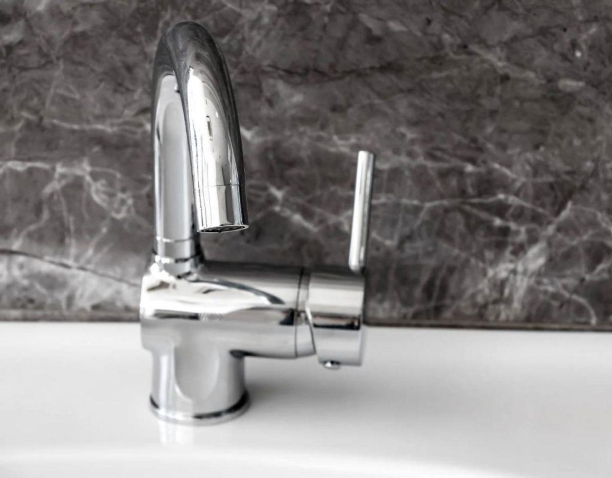 Vandhaner og dørhåndtag kan være de rene bakteriebomber. Derfor er det viktigt, at disse ofte bliver rengjort. Klik videre i galleriet for flere tips. Foto: Scanpix.
