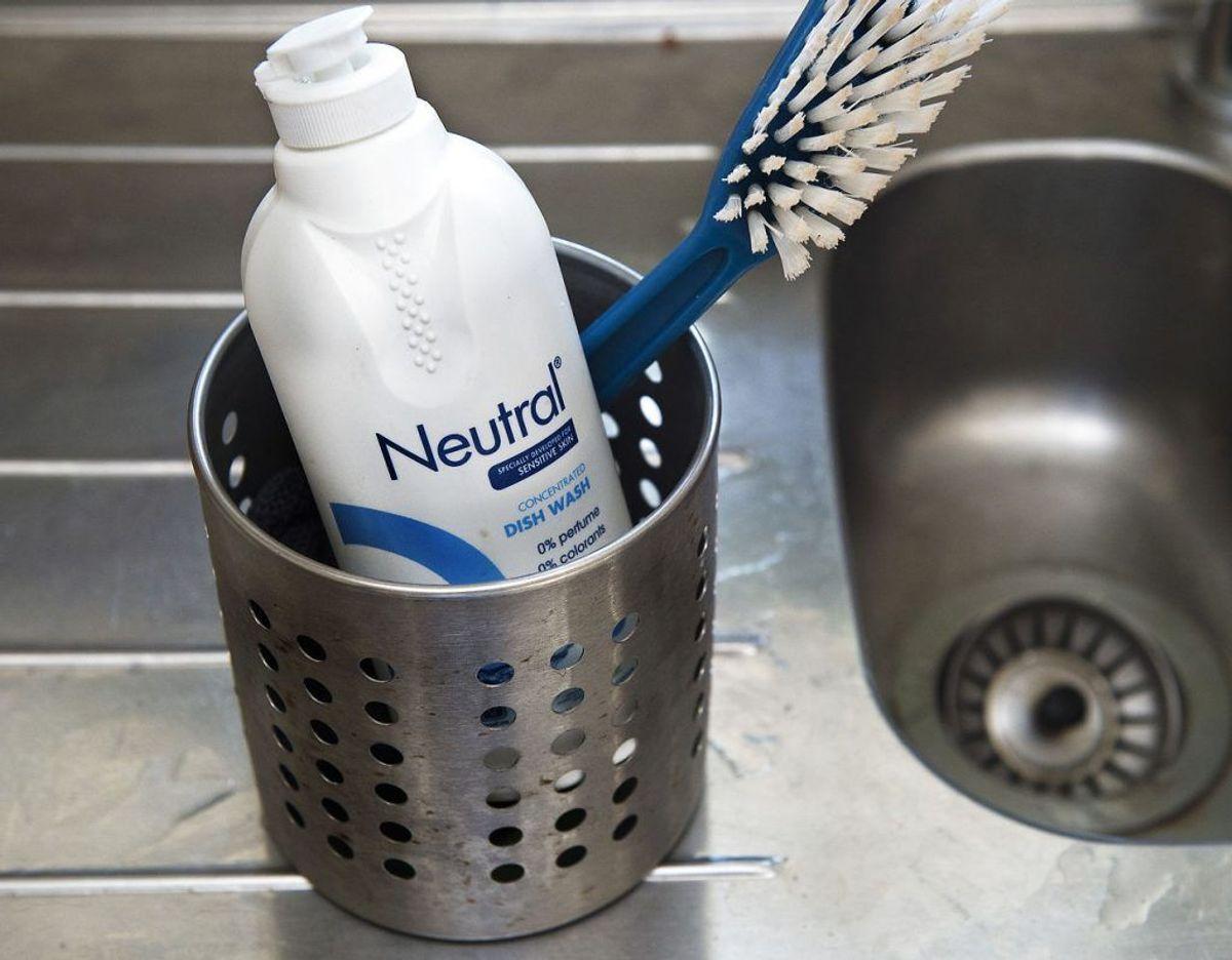 Brug ikke opvaskemiddel til spejle og ruder. For selv om det er rigtig godt til at fjerne fedt, efterlader det ofte striber. Klik videre i galleriet for flere tips. Foto: Scanpix.