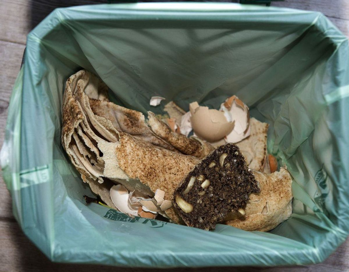 Selv om affaldsspande er forsynet med en pose, er det vigtigt, at den alligevel rengøres jævnligt. Klik videre i galleriet for flere tips. Foto: Scanpix.