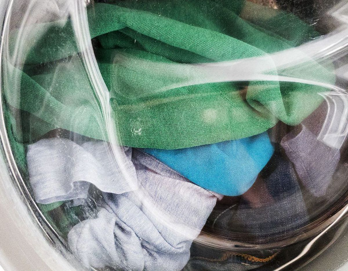 Brug aldrig mere end den anbefalede mængede skyllemiddel, når du vasker. Ellers risikerer du at få den modsatte virkning. Klik videre i galleriet for flere tips. Foto: Scanpix.
