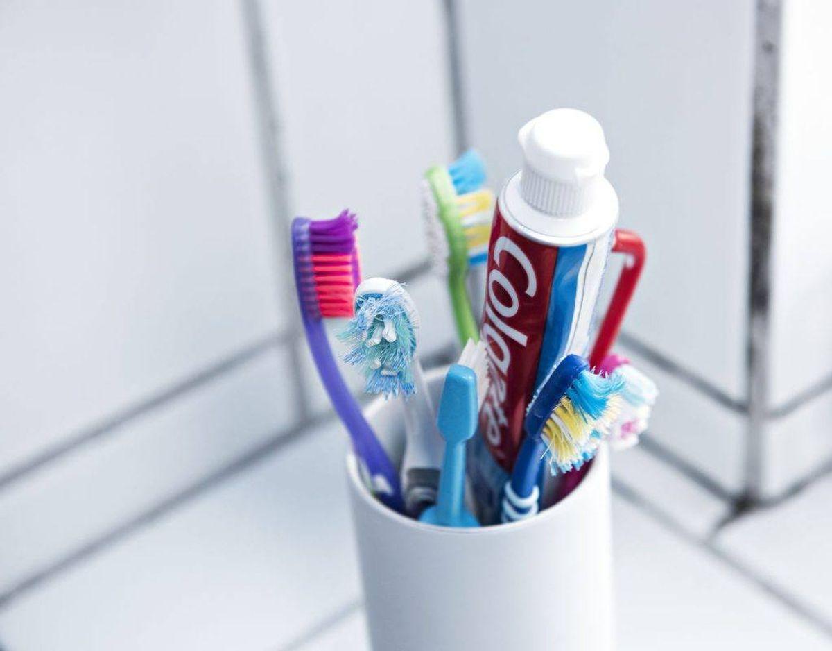 Stil ikke tandbørsten ind i et skab. Bakterier trives nemlig rigtig godt i mørke. Klik videre i galleriet for flere tips. Foto: Scanpix.
