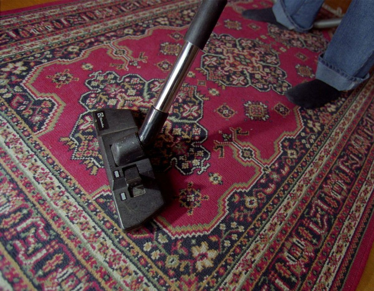Sørg for jævnligt at rengøre støvsugeren. Ellers risikerer du at skubbe støvet rundt i huset. Sørg også for at tømme eller skifte posen inden den er helt fyldt. Klik videre i galleriet for flere tips. Foto: Scanpix.