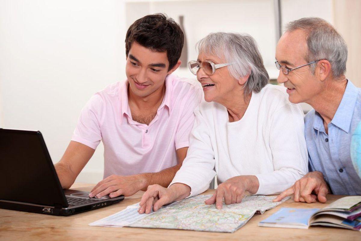 Hvis du besøger dine forældre eller bedste forældre så tag en snak med dem. Du skal huske dem på at være kritisk overfor fremmede. Foto: Scanpix