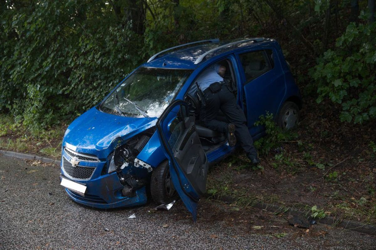 Bilen lå halvvejs ude i skovkanten. KLIK VIDERE FOR FLERE BILLEDER. Foto: Rasmus Skaftved