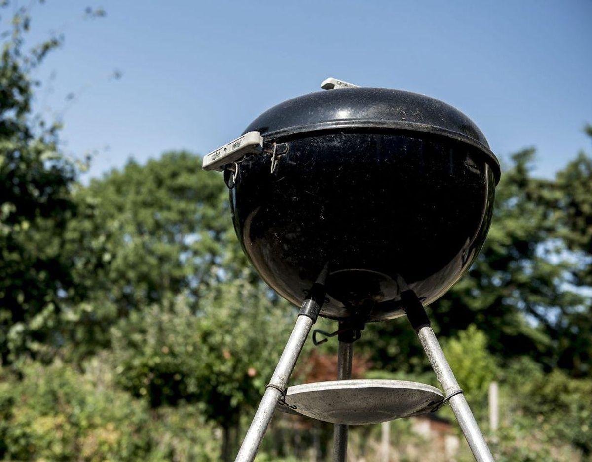 I sommermånederne foregår meget af madlavningen på grillen udenfor. Men fik du ikke lige gjort den rent sidst, du brugte den? Så frygt ej. Her kan du læse en masse gode tip til at rengøre din grill. Klik videre for alle de gode råd. Foto: Scanpix