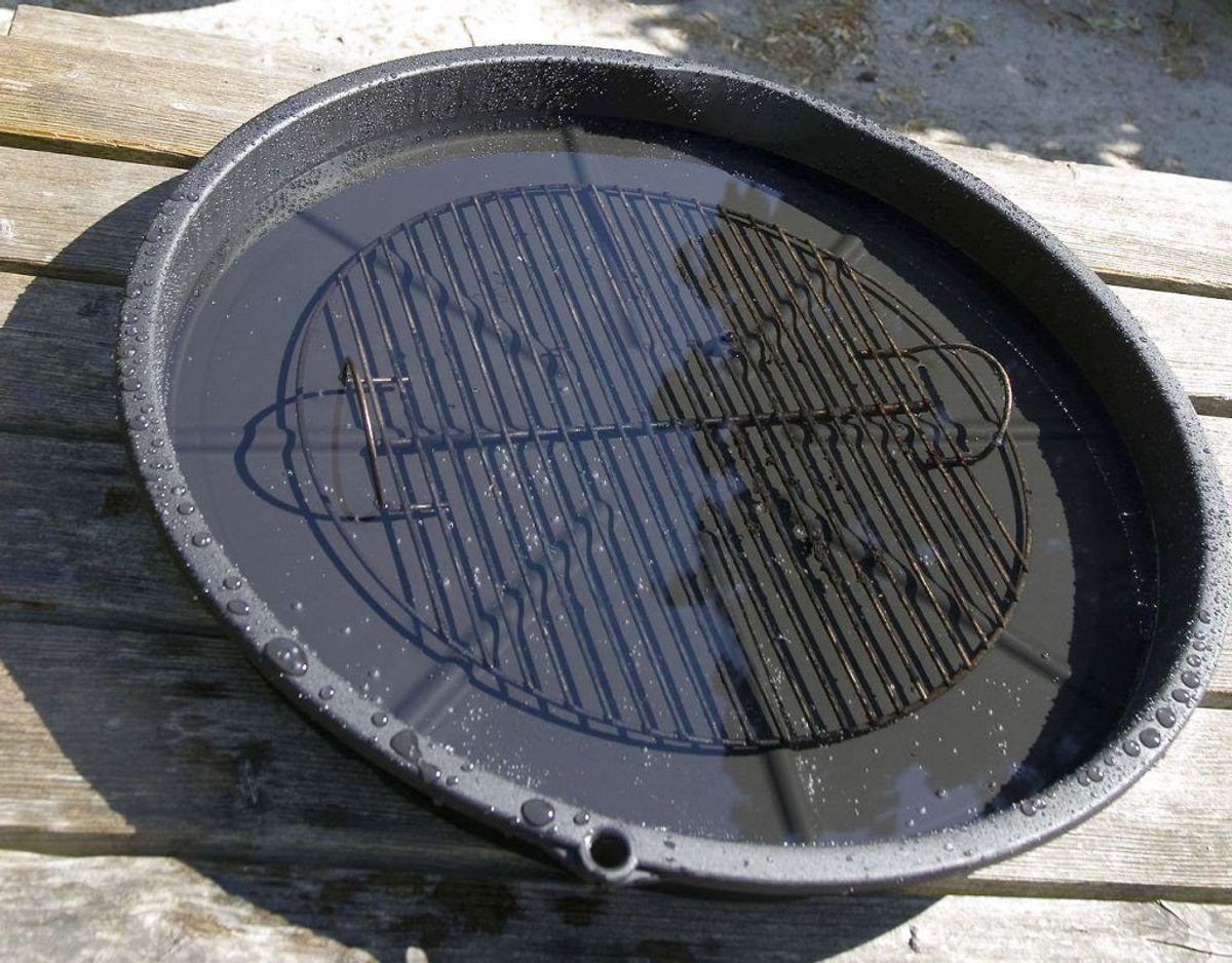 En gang imellem kan det svare sig at vaske grillristen i sæbevand, hvis den er ekstremt fedtet. Kilde: Bolius Foto: Scanpix